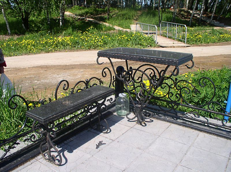 образцы скамеек и столов на кладбище - фото 6